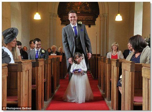 flower girl2 4 летняя парализованная девочка смогла проводить невесту к алтарю